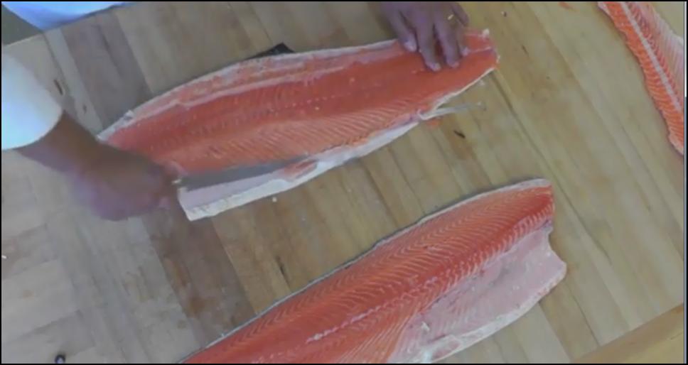 Cách cắt cá hồi nguyên con (Có hình minh họa)