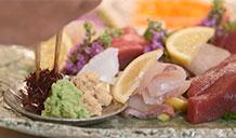 bày sashimi ra đĩa