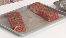 tẩm đều gia vị lên thịt bò