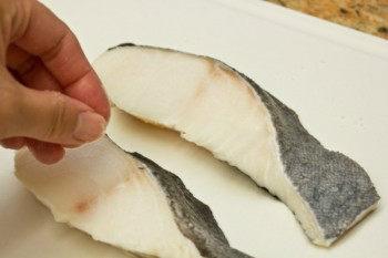 rắc muối lên fillet cá tuyết đen