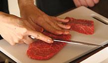 Cắt thịt bò làm 4 miếng